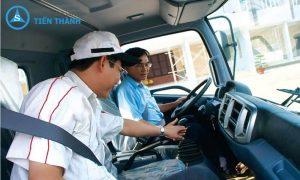 giáo viên đang giảng dạy lái xe ở quận 4