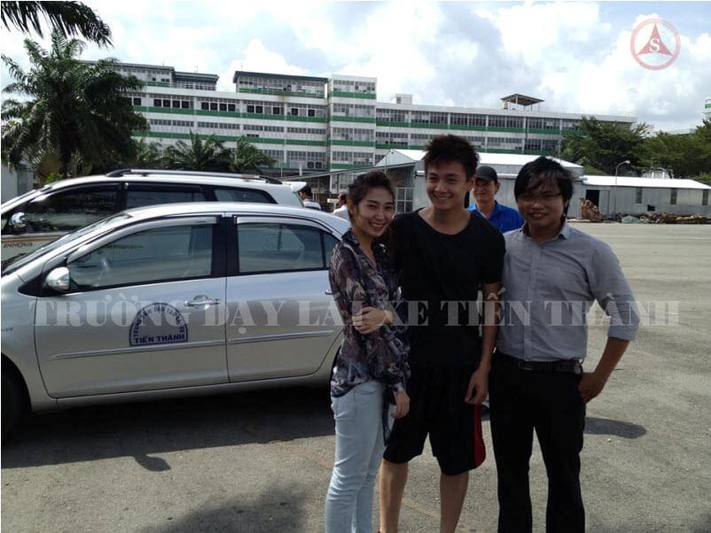Ngô Kiến Huy và Khổng Tú Quỳnh tập lái xe tại TP.HCM